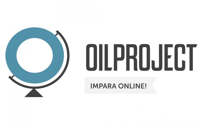 """A sinistra logo del sito: un mappamondo in cui al posto della Terra è disegnato un anello dal bordo spesso di colore azzurro. A destra, è scritta la parola """"Oilproject"""" in stampato maiuscolo. Sotto questa parola una casella con scritto """"Impara online!""""."""