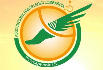 """Rettangolo all'interno del quale è disegnata una semicirconferenza verde; sopra questa le parole """"Associazione Paraplegici Lombardia"""". All'interno un cerchio con il disegno di un'ala tagliata da una semicirconferenza."""
