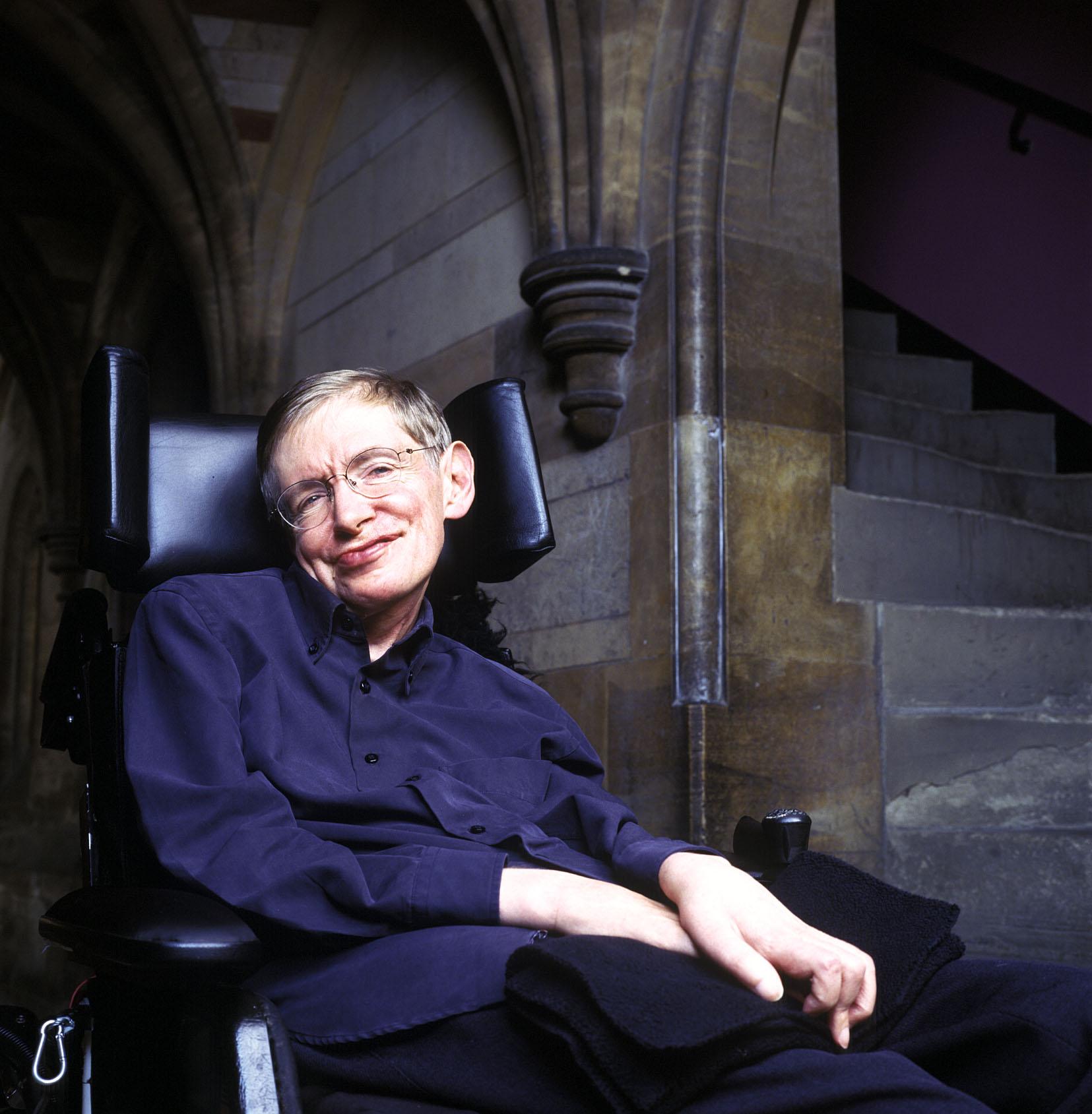 Fotografia di Stephen Hawking che sorride.