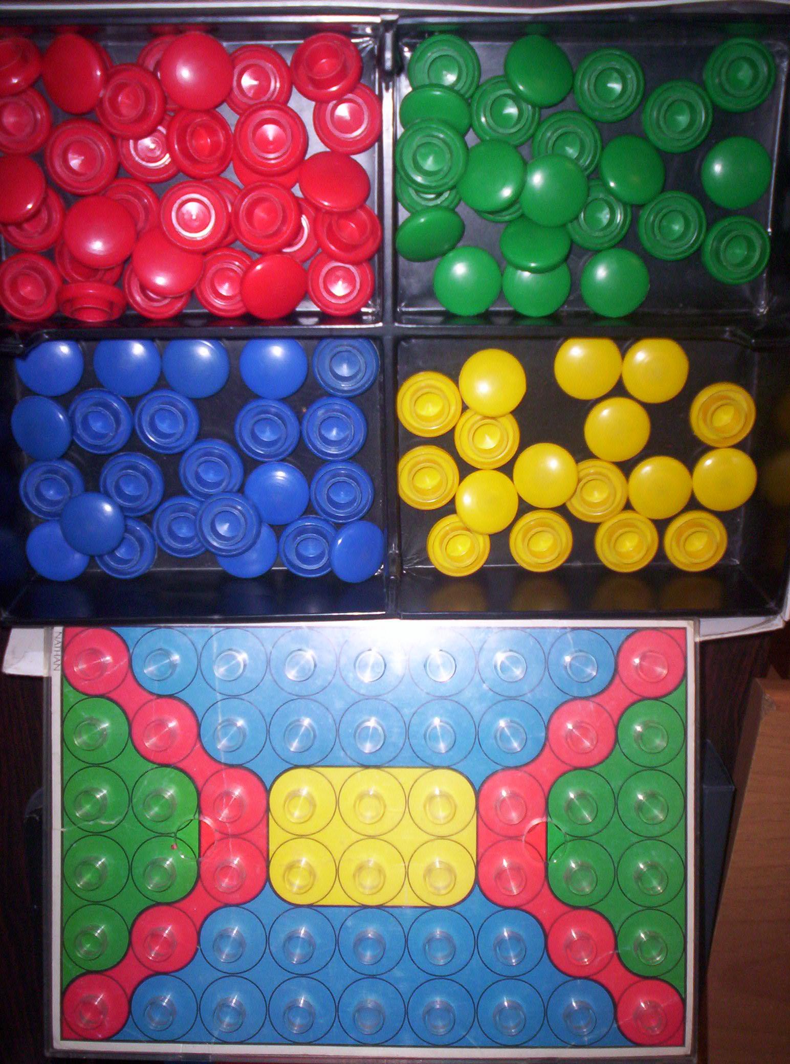 Gioco con bottoni colorati ad incastro: bottoni e disegno.