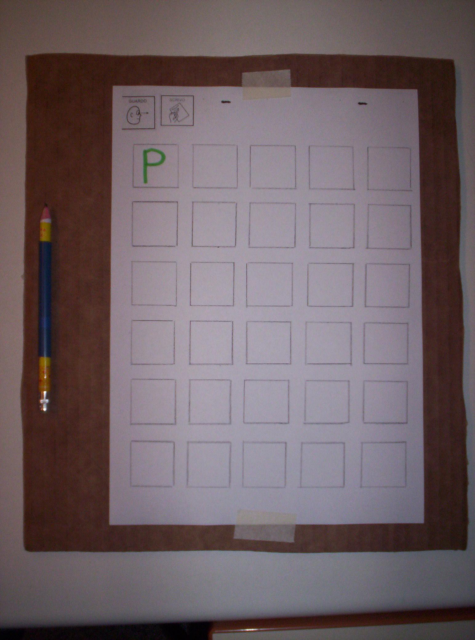 Su un cartone sono posizionati: a sinistra una cannuccia con infilata una matita e a destra un foglio con molti riquadri e, nel primo, la lettera P scritta in stampato maiuscolo.