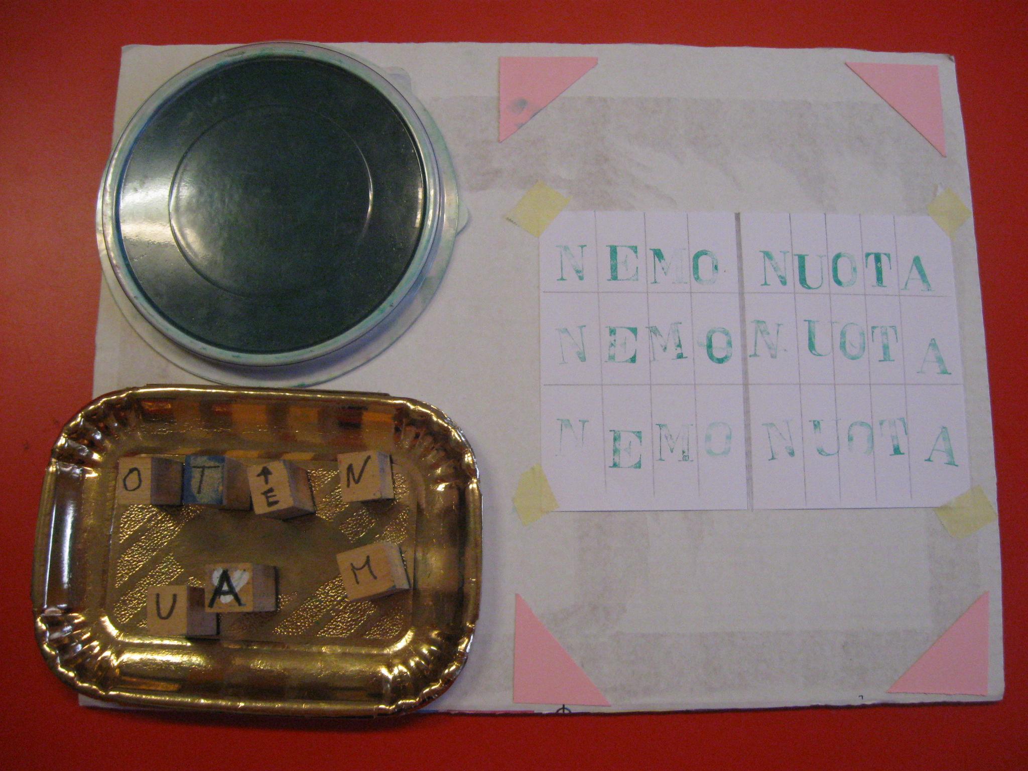 Tampone, timbri con lettere e foglio.
