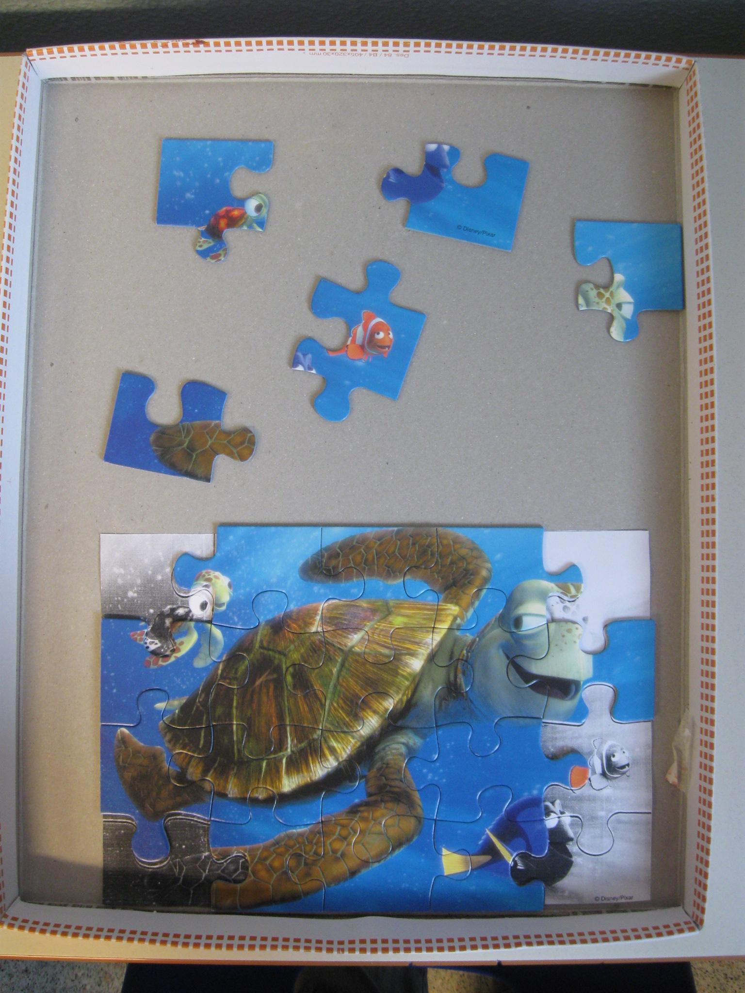 Un puzzle quasi completato con alcune tessere non inserite disposte sopra.