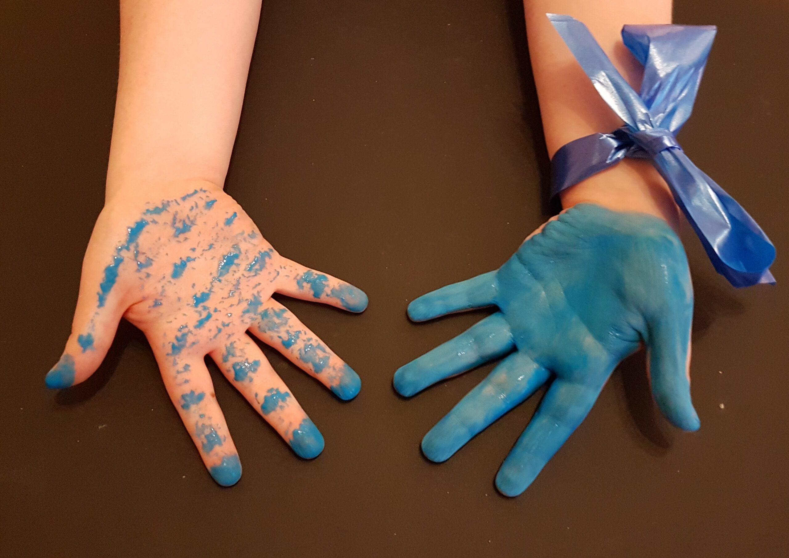 Mani parte colorate di blu