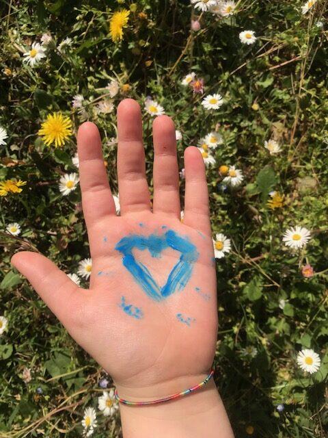 Mano con il disegno di un cuore blu
