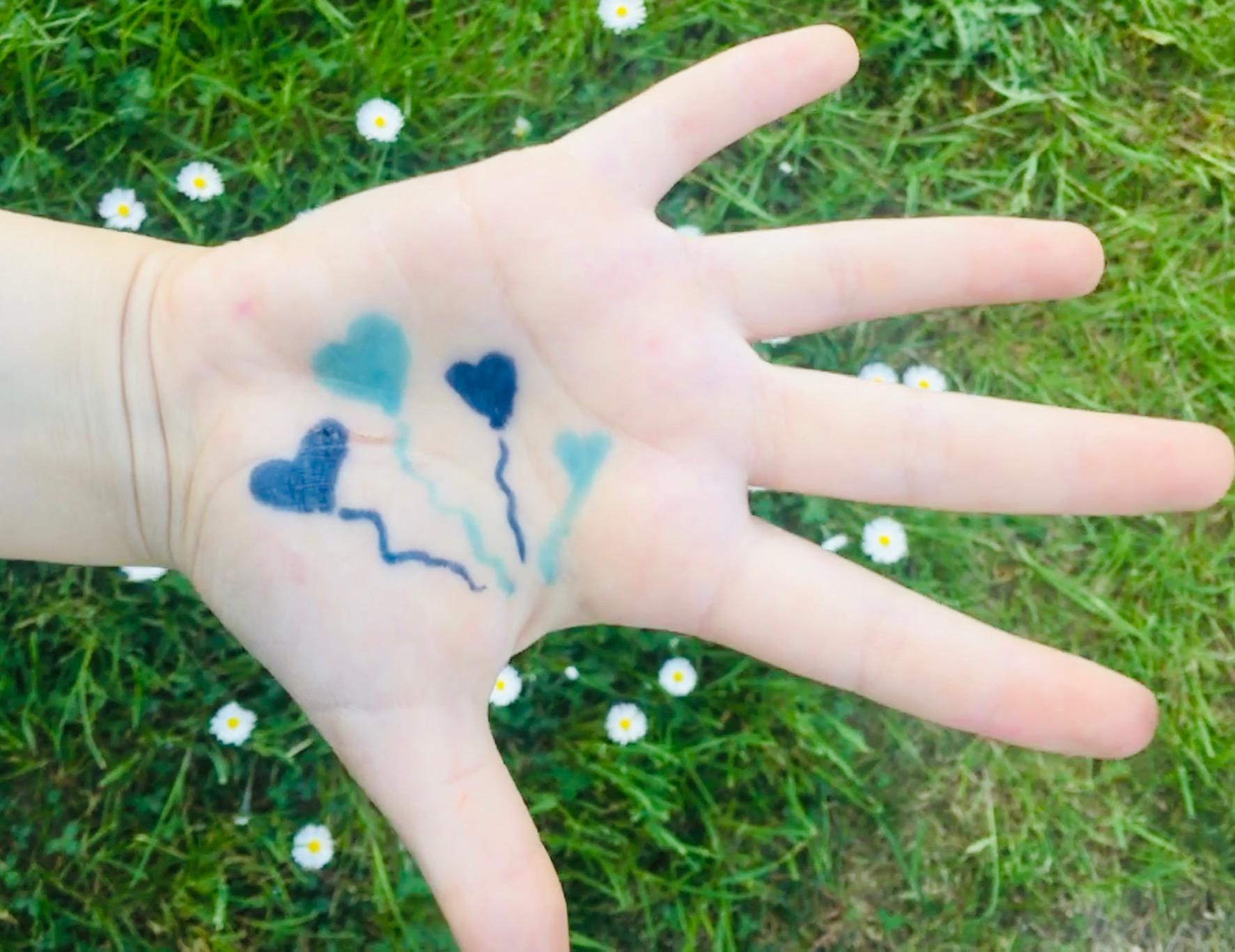 Mano con cuori blu